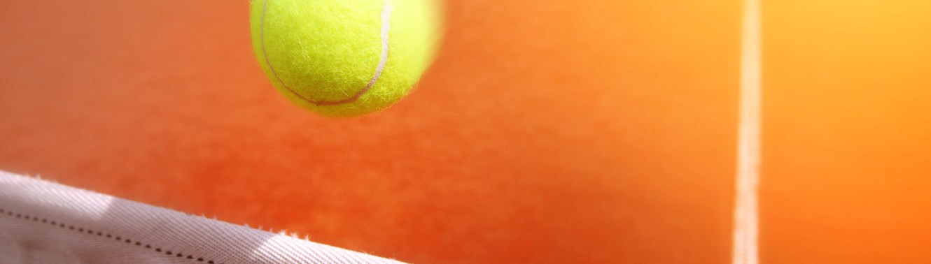 8984226-tennis-balls-on-court.jpg