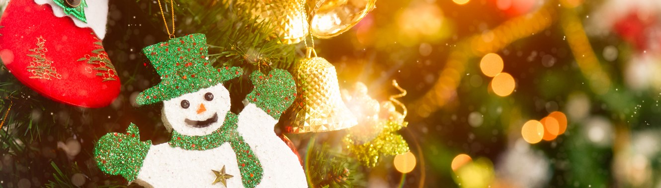 33582458-christmas-tree-with-decorations-bokeh-blurred.jpg