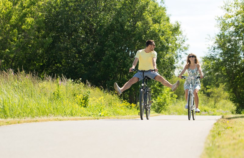 31812831-happy-young-couple-riding-bicycles-in-summer.jpg